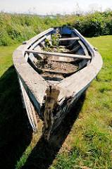Altes Ruderboot - morsches Holzboot im Hafen von Lauterbach Rügen.