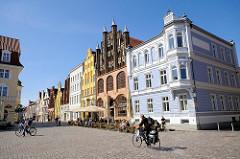 Historische Architektur der Hansestadt Stralsund - Altstadt; norddeutsche Backsteingotik -  in der Bildmitte das aus dem 14. Jahrhundert stammende Wulflamhaus.