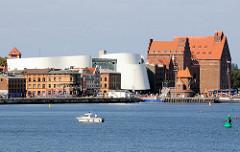 Historische Hafenarchitektur und Neubau Deutsches Meeresmuseum in der Hansestadt Stralsund.