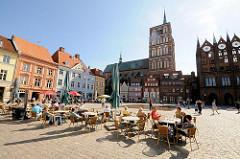 Alter Markt - norddeutsche Backsteingotik - Rathaus u. Nikolaikirche  Hansestadt Stralsund; Café mit Tischen in der Sonne auf dem Strassenpflaster.