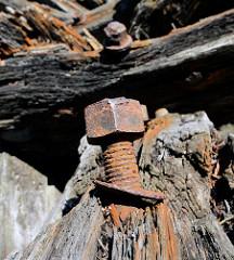 Rostige Schraubverbindung - verrottetes Holz; Eisenoxydverfärbung - Hafen Lauterbach, Insel Rügen.