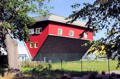 Haus Kopf über / Haus auf dem Dach stehend (Spitzdach) am Ortseingang von Putbus / Insel Rügen.