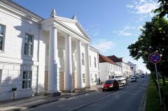 Klassizistische Fassade mit Säulen des Residenztheaters in Putbus, Rügen.