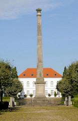 Circus mit Obelisken - Rondellplatz Putbus, Insel Rügen.