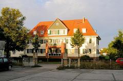 Mehrfamilienhaus - Wohnblock in der Morgensonne; modernisiertes Wohngebäude - Lauterbach / Rügen.