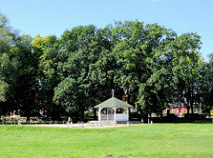 Holzpavillon an der Strandpromenade von Lauterbach / Rügen.