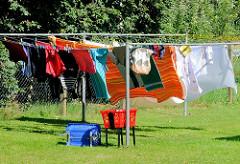 Frisch gewaschene Wäsche hängt zum Trocken auf der Leine in der Sonne - Fots aus Lauterbach / Rügen.