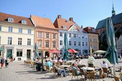 Historische restaurierte Architektur - Alter Markt, Hansestadt Stralsund - Touristen sitzen an Tischen in der Sonne, strahlend blauer Himmel.
