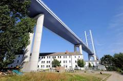 Hochbrücke Rügenbrücke bei Stralsund - mehrstöckiger Wohnblock unter dem Brückenzug.