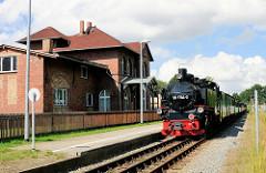 Bahnhof Lauterbach Rügen / das Gebäude steht unter Denkmalschutz; die Bahnstrecke ist 1890 eingerichtet worden. Historische Lokomotive, Eisenbahnzug / Dampflok 99 1784-0, erbaut 1953 - Rasender Roland, ehem. Rügensche Bäderbahn.