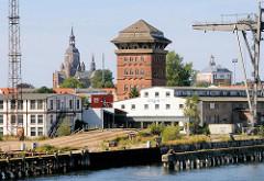 Hafenanlagen im Stralsunder Hafen - historischer Speicher; im Hintergrund die Marienkirche.