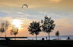 Kitesurfer am Abend auf den Neusiedler See - Abendstimmung am  See.