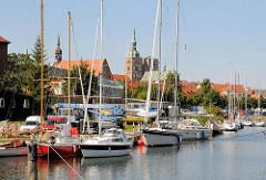 Sportboothafen Hansestadt Stralsund - im Hintergrund die Kirchtürme der St. Nikolaikirche und  St. Jacobikirche.