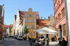 Strassenszene mit historischer Architektur - Strassencafé mit Sonnenschirm - Hansestadt Stralsund.