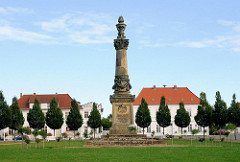 Klassizistische Architekur / Obelisk - Platz in Putbus / Rügen.