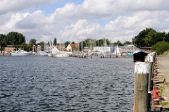 Blick über den Hafen von Lauterbach / Rügen zum Sportboothafen - rechts Holzdalben an der Kaimauer.