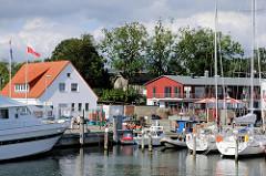 Hafen von Lauterbach / Rügen - Sportboote am Steg.