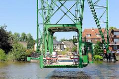 Schwebefähre Osten-Hemmoor über die Oste. Die 1909 in Betrieb genommene Fähre war bis zum Brückenbau über die Oste 1974 in kommerziellem Betrieb - die Fähre steht als technisches Kulturdenkmal unter Schutze.