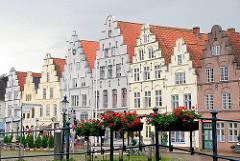 Marktplatz in Friedrichstadt an der Eider - Backsteinrenaissance, historische Architektur.