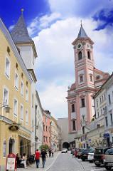 Lks. die  Filialkirche St. Johannes der Täufer ist eine Spitalkirche - rechts der Kirchturm der Stadtpfarrkiche St. Paul - 1050 dem hl. Paulus geweiht - nach Zerstörung jetziger Bau 1678 fertig gestellt -  Rindermarkt in Passau.