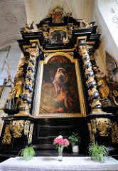 Innensicht Stadtpfarrkirche St. Paul in Passau - Altar. Gemälde mit vergoldeten Säulen.