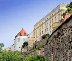 Burgmauer und Wehrgang - Veste Oberhaus auf der linken Seite der Donau auf dem St. Georgs Berg - gegründet 1219, Burg und Residenz des fürstlichen Bischofs vom Hochstift Passau.
