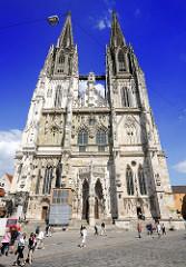 Westfront des Doms St. Peter in Regensburg an der Donau - der Regensburger Dom ist ein Hauptwerk der gotischen Architektur in Süddeutschland - Bauzeit von 1273 - 1872.