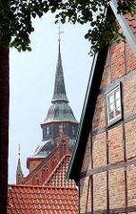 Historische Fachwerkhäuser - Innenstadt Boizenburg; Turm der St. Marienkirche.