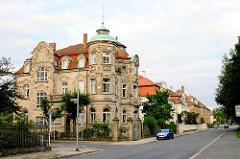 Stadtvilla Hainstraße 13, erbaut 1864 Georg II. Hofbauer, 1902 von Chry-sostomus Martin in gotisierenden Formen umgebaut.