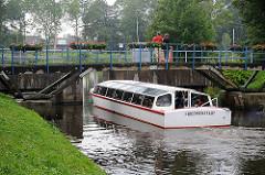 Fahrgastschiff bei einer Rundfahrt durch die Grachten von Friedrichstadt an der Eider / Treene.