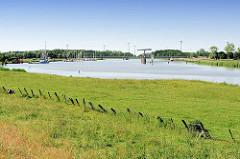 Blick zum Sperrwerk der Oste und dem Sportboothafen bei Neuhaus.