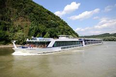 Flusskreuzfahrtschiff AMABELLA auf der Donau vor Passau - das 135m lange und 11,40m breite Fahrgastschiff kann 162 Passagiere an Bord nehmen.