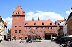 Historische Architektur Neue Waag am Haidplatz in Regensburg. Ehem. Patrizierhaus, das ab 1441 die Stadtwaage beherbergte.