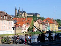Alter Krahn  am Ufer der Regnitz - im Hintergrund auf dem Michelsberg die Klosterkirche St. Michel, Bamberg.
