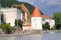 Schaiblingsturm am Innufer in Passau, erbaut im 13. Jahrhundert. Teil der Stadtbefestiung und Pulverlager.
