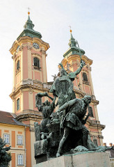Minoritenkirche, Pfarrkirche St. Antonius am Dobó PLatz in Eger / Ungarn - fertig gestellt 1767. Bronzstatue Dobó Istváns zum Gedenken an den Widerstand gegen die Türken.