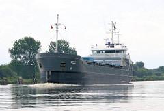 Das 83m lange und 13m breite Frachtschiff KELT auf dem Nord-Ostsee-Kanal.