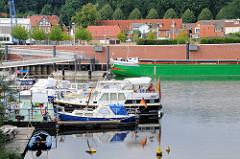 Sportboothafen Boizenburg an der Elbe - im Hintergrund liegt ein Binnenschiff am Hafenkai.