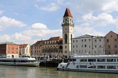 Donauufer von Passau - Promenenade am Fluss - Ausflugsboote am Liegeplatz; Altes Rathaus und der 38m hohe Rathausturm.
