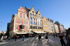 Historische Häuser am Marktplatz / Großer Ring von Wroclaw, Breslau / Polen - Cafés und Restaurants mit Markisen vor den Häusern.
