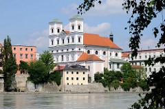 Blick über die Inn zur Passauer Altstadt - Kirche St. Michel, auch Studienkirche oder Jesuitenkirche genannt - Kirche des ehemaligen Jesuitenkollegs; errichtet 1677.