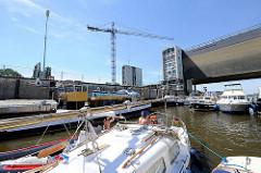 Sportboote und Binnenschiff in der Schleusenkammer der Elbschleuse Geesthacht.