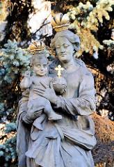 Marienfigur mit Krone - Christkind mit Krone - Steinskulptur bei der Kirdche St. Mauritius in Wroclaw, Breslau.