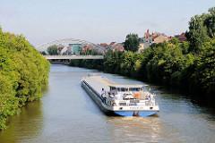 Binnenschiff auf dem Main-Donau-Kanal in Bamberg.