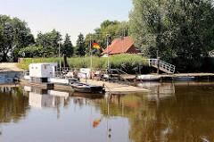 Denkmalgeschützte und motorisierte Fähre über die Oste bei Brobergen.