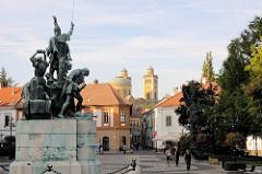 Dobó Platz in der Stadt Eger  - Bronzestatue  Dobó Istváns  - es wurde zum Gedenken an den Widerstand gegen die Türken dem Verteidiger der Burg  das Denkmal 1907 errichtet / Bildhauer Strobl Alajos.
