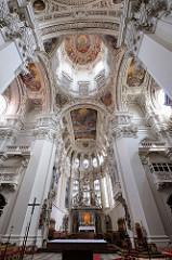 Stuckdekor und Fresken an der Decke des Mittelschiffs im Passauer Dom St. Stephan - Stuckierung Giovanni Battista Carlones -  die 1679 bis 1684 entstandenen Fresken sind von Carpoforo Tencalla.