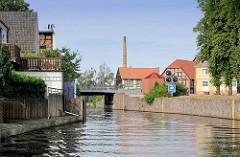 Elde Müritz Wasserstrasse durch Grabow - im Hintergrund Fachwerkhäuser und Fabrikschornstein.