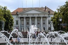 Bismarckplatz in Regensburg - Springbrunnen; Ehem. Französische Gesandtschaft, sog. Präsidialgebäude, Dreiflügelanlage mit Säulenportikus, erbaut 1805, Architekt Emanuel d'Herigoyen.