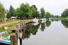 Wasserwanderrastplatz Eldekrug bei Freesenbrügge am Eldekanal. Sportboote liegen am Steg.